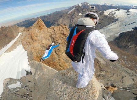 En janvier 2020, l'écrivain-voyageur Sylvain Tesson a accompagné les soldats de montagne d'élite du GMHM (Groupe Militaire de Haute Montagne) en Patagonie Argentine pour rendre hommage à Mermoz, Saint-Exupéry et Guillaumet, héros de l'Aéropostale (100e anniversaire du premier vol en 1919) en escaladant les aiguilles qui portent leurs noms dans le magnifique massif du Fitz Roy. Le paralpinisme consite à se lancer dans l'ascension de falaises très abruptes avec un parachute et une combinaison en plus du matériel d'escalade, et de sauter en chute libre depuis le sommet de cette falaise, emportant dans la combinaison l'ensemble du matériel d'escalade (corde, piolet, crampons, baudrier et mousquetons…)